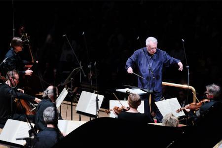 David Atherton conducts Ligeti's Chamber Concerto © Mark Allan