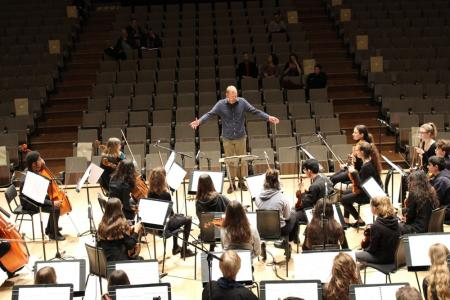 Patrick Bailey conducts young musicians alongside London Sinfonietta © Niamh Collins