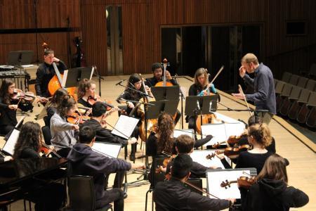 Patrick Bailey conducts young musicians alongside London Sinfoniett © Niamh Collins